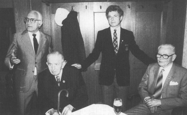 Beim 50jährigen Jubiläum 1976 konnte Klaus Augustin noch die Gründungsmitglieder Wilhelm Vlothoerbäumer † (2. v. li.) und Heinrich Rabeneck † (re.) präsentieren. Links Bürgermeister Dr. Kurt Schober.