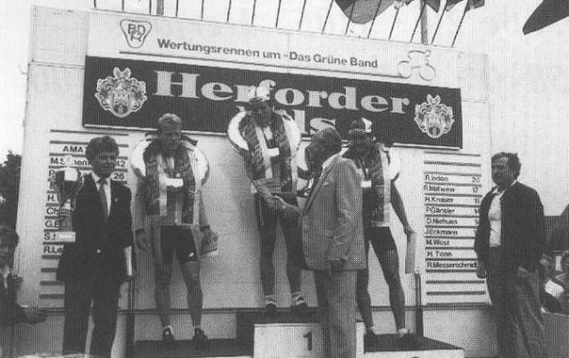 Landrat Siegfried Moning † gratuliert, bei der DM am 28.6.1987 an der Brauerei, dem neuen Deutschen Meister Hartmut Bölts. Bruder Udo Bölts war auch im Rennen. Rechts BDR-Sportausschußvorsitzender Fritz Ramseier, links mit dem Pokal Klaus Augustin.