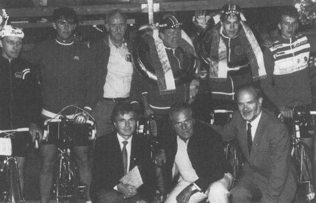 Ottomar Kreimeyer/Micheal Kötter gewinnen bei dem Hoekerfest-Rennen 1986 das 2er-Mannschaftsrennen, 2. werden Jörg Hoffmann † / Heinz Rüschoff (Münster). Ehrengäste: Gustav Kiliant † (Ex-Bundestrainer) und Günther Pankoke † (Ex-Tour de France-Fahrer), dazwischen unser langjähriger 2. Vorsitzender Gerhard Lange †.