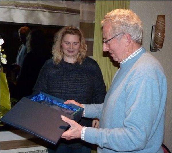 Die 1. Vorsitzende Tanja Markmann gratuliert dem lanjährigen Mitglied Kurt Greife