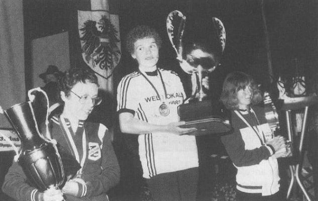 Marianne Stuwe gewinnt 1980 den Weltpokal in St. Johann/Tirol. Ihr Trainer: Schwager Klaus Feddeler, ihre Betreuerin: Schwester Monika Feddeler.