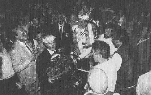 Ottonmar Kreimeyer beendet seine überaus erfolgreiche Laufbahn mit einem Sieg im Hoekerfest-Rennen am 10.7.1987. Ehrenvorsitzender Rudi Pankoke verabschiedet Ottomar mit einem Bronze-Radrennfahrer.