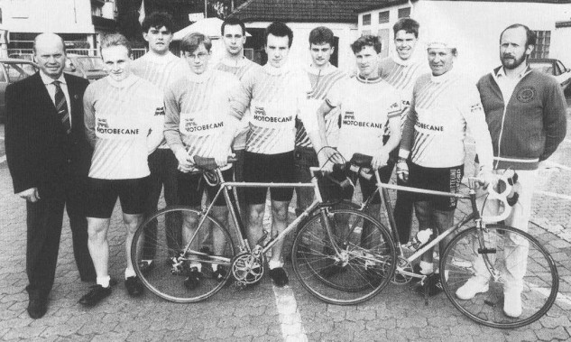 Unsere Renn-Mannschaft der 80er Jahre. Links der sportliche Leiter Gerhard Strunk, rechts Trainer Dr. Klaus Schütz.