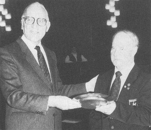 """Im März 1984 ehrte Bürgermeister Dr. Kurt Schober, Rudi Pankoke als """"Förderer des Sports"""" der Stadt Herford, im großen Sitzungssaal des Rathauses."""