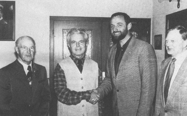16.4.1999 – Klaus Augustin (2. v. li.) tritt nach 30 Jahren als 1. Vorsitzender zurück. Uwe Werner (2. v. re.) wird sein Nachfolger. Links Ehrenvorsitzender Rudi Pankoke, rechts Geschäftsführer Gerhard Pankoke.